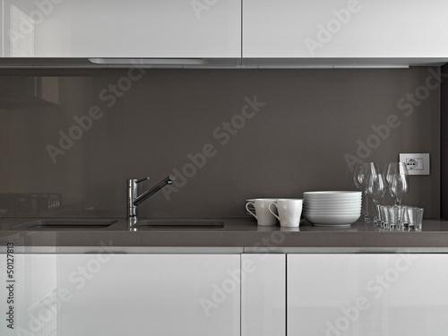 stoviglie sul piano di marmo nella cucina moderna