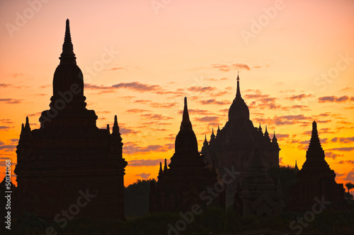 sylwetka-buddyjskich-pagody-o-wschodzie-slonca-bagan