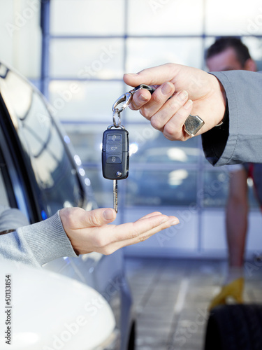 Key delivery between customer and mechanic in a garage