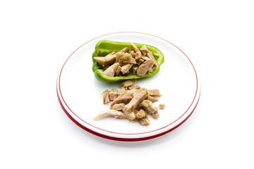 Gefüllte Paprika und Zwiebel auf Teller