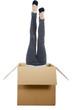 Frau macht Handstand im Karton, steht Kopf für Kunden