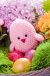 selbstgemachtest Küken mit Blumen und Ostereiern