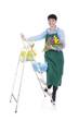 Glückliche ältere Gärtnerin auf Leiter mit Blumenstrauss