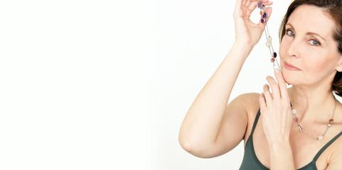 attraktive Frau präsentiert Schmuck