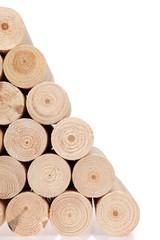 Kłody drewna okrągłe, toczone na białym tle.