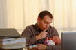 mann mit baby im büro 2