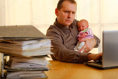 mann mit baby im büro 4