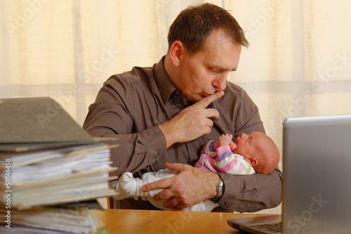 canvas print picture mann mit baby im büro