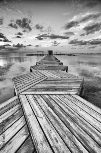 Poster Stad aan het water Zig Zag dock in black and white