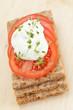 Knäckebrot mit Tomaten und Quark