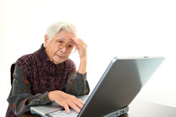 パソコンの操作方法に悩む高齢者
