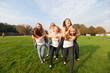 Freundinnen laufen huckepack Wettrennen