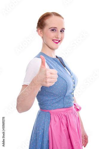 Junge Frau rothaarig im Dirndl mit Daumen nach oben