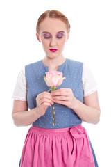 Verliebtes junges Mädchen aus Bayern mit einer Rose
