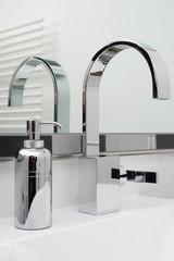 Moderner Waschtisch mit Spiegel und Seifespender