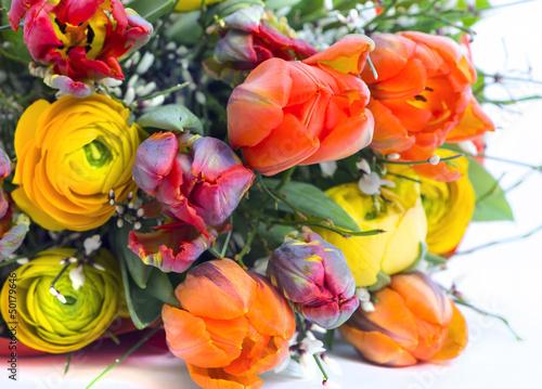 Osterstrauss mit Tulpen, Pfingstrosen und Ginster