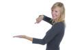 Frau deutet mit dem Zeigefinger auf offene Handfläche