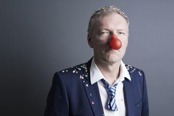 karneval, geschäftsmann mit pappnase und konfetti