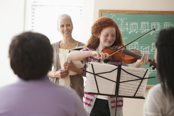 Students listening to violin player