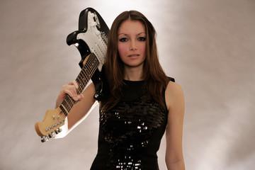 Frau mit E-Gitarre