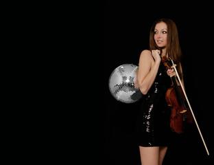 Frau mit Geige und Discokugel