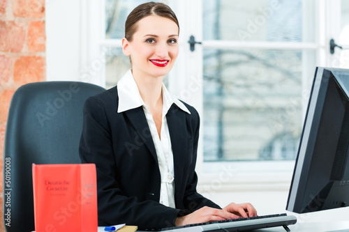 Anwältin in ihrer Kanzlei bei der Arbeit