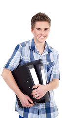 Junger Mann bringt freundlich Ordner ins Büro