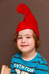 Junge mit Zwergenmütze