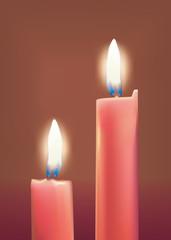 Deux bougies rouges allumées sur fond brun