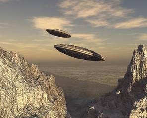 Platillos voladores sobrevolando montañas