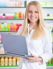 Verkäuferin in Drogerie mit Laptop