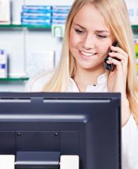 Apothekerin führt Telefonat