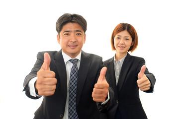 自信に満ちあふれたビジネスマンとオフィスレディー