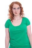 Junge Frau mit roten Haaren und skeptischem Blick