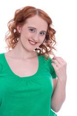 Fröhliches junges Mädchen mit roten Haaren isoliert