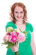 Junge Frau mit Blumenstrauß zum Muttertag isoliert