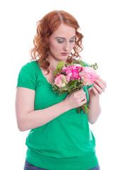 Frau isoliert in Grün hat Liebeskummer