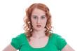 Frecher Blick einer natürlich rothaarigen jungen Frau