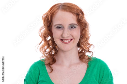 Lebensfrohe jung Frau mit roten Haaren