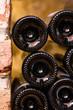 Ausschnitt von Flaschen zwischen Ziegel