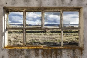 ventana de una fábrica en ruinas