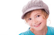 Mädchen mit cooler Mütze lächelt