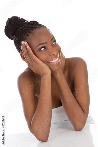 Glückliche junge Frau mit dunkler Hautfarbe
