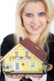 Junge Frau überreicht Eigenheim Haus