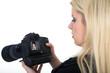 Junge Fotografin blickt auf Kamera Display