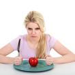 Frau ist sauer wegen Apfel, keinen Hunger auf Obst