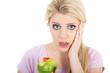 Junge blonde Frau blickt entsetzt weil Zahnfleischbluten