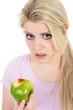 Junge blonde Frau blickt traurig weil Zahnfleischbluten