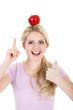 Junge blonde Frau lacht mit rotem Apfel Daumen hoch