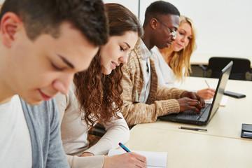 Studenten lernen in Vorlesung an Universität